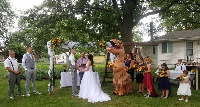 Christina op de trouwceremonie van haar zus Deanna en Joby in dinopak.