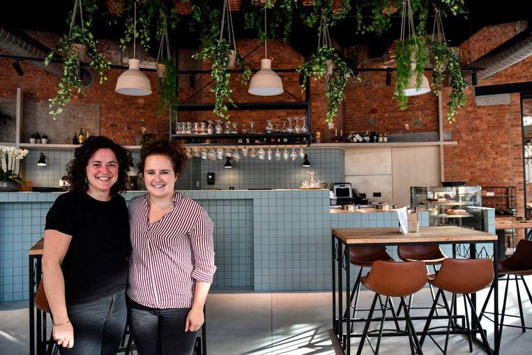 Tinneke en Anke Moens runnen samen het nieuwe eet- en drinkhuis De Kroon.