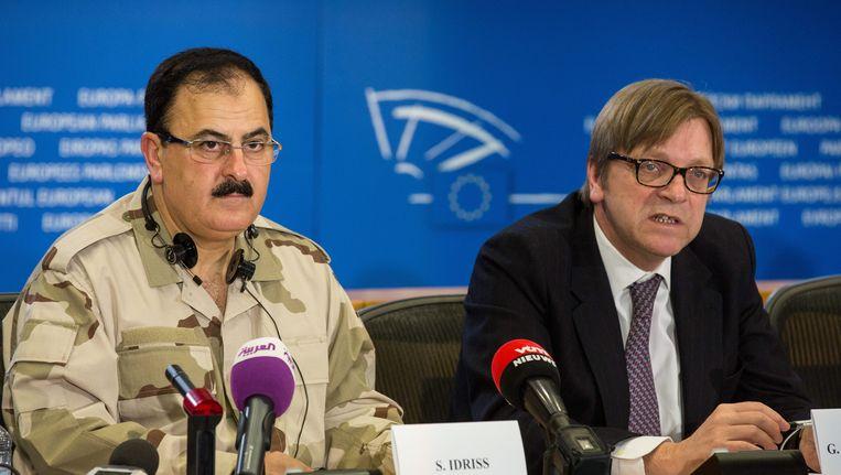 Voormalig leider van het Vrije Syrische Leger Salim Idriss naast het Belgische lid van het Europees Parlement Guy Verhofstadt. Beeld EPA
