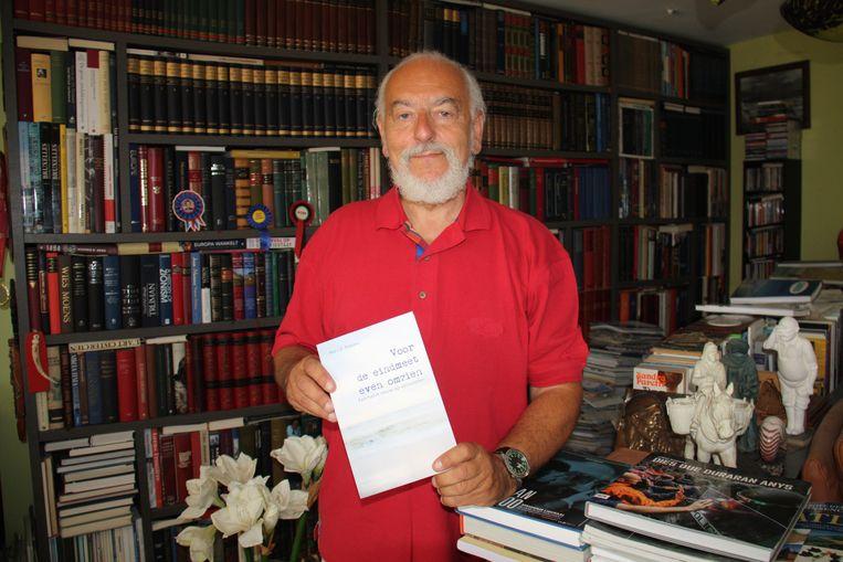 Yvo Peeters uit Koksijde stelt zijn poëzieboek 'Voor de eindmeet even omzien. Een halve eeuw op versvoeten' voor