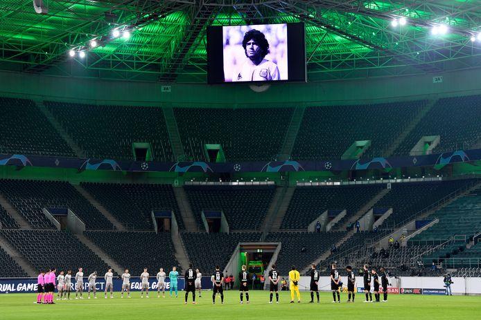 Spelers van Borussia Mönchengladbach en Sjachtar Donetsk zijn een minuut stil voor Diego Maradona.