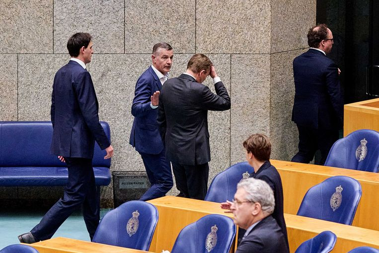 Minister Bruno Bruins voor Medische Zorg (VVD), vlak nadat hij onwel werd tijdens een debat over de ontwikkelingen rondom het coronavirus in de Tweede Kamer.  Beeld ANP