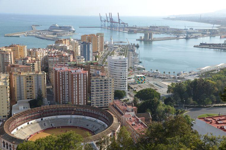 De haven van Málaga met de witte vuurtoren Farola in het midden en rechts van het midden de kubus van het Centre Pompidou. Beeld A Hrastar