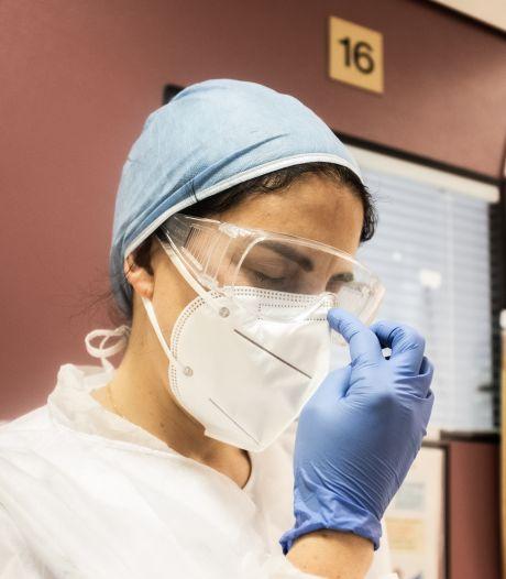 Vakbond onthutst: 'Ondanks voorraad nog zorgmedewerkers die geen medisch mondkapje krijgen'