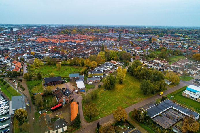 Op de voorgrond het stukje grond tussen de Loswalweg, Beltweg en Industrieweg, dat volgens het Samenwerkingsverband Brunnepe een goede locatie voor een Tiny Forest is. Rechts achterin de Brunneper Bongerd, waar plannen zijn om het in te richten als park.