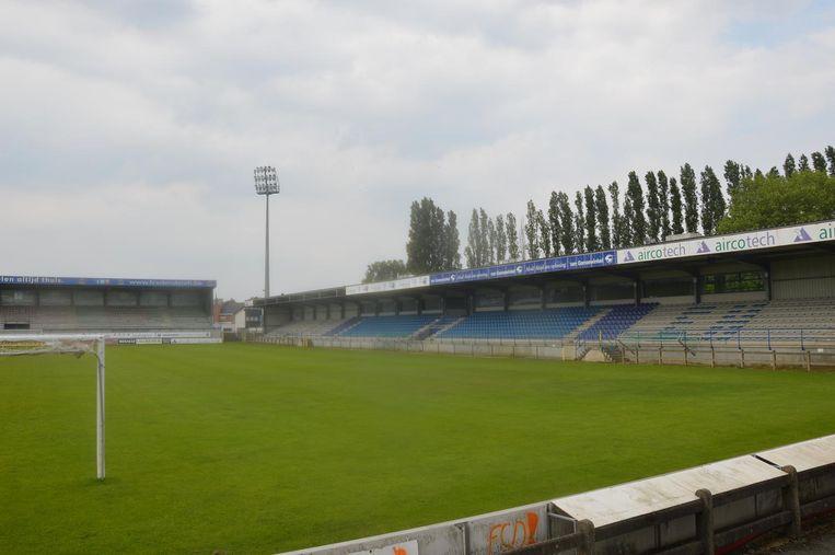 Alles draait rond het Van Roystadion, waar voetbalclub FCV Dender speelt.