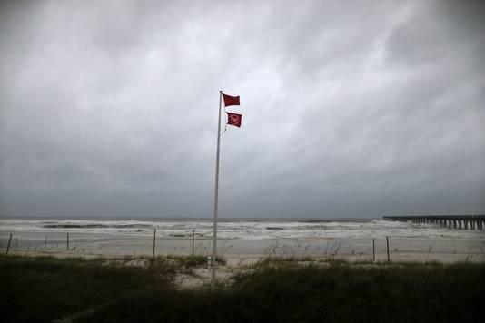 Rode stormvlaggen waarschuwen voor het naderend onheil.