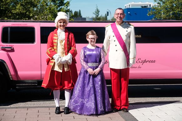 De lakei, Lyana en Markske voor de roze limousine
