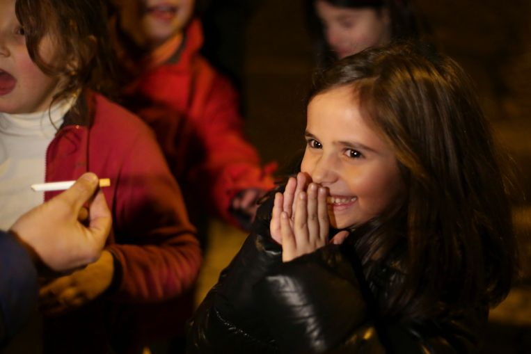 Ines (8) krijgt een sigaret van haar vader.