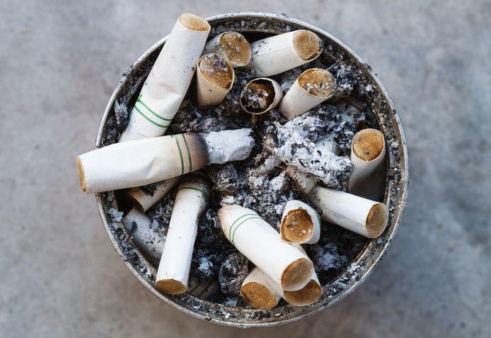 Sigarettenpeuken in een asbak.