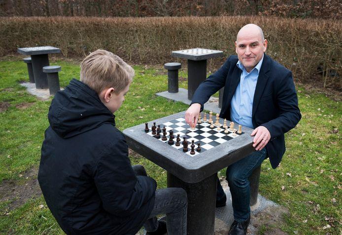 Schaakmissionaris Jesús Medina Molina (rechts), nam het initiatief voor schaaktafels in 17 andere gemeentes.
