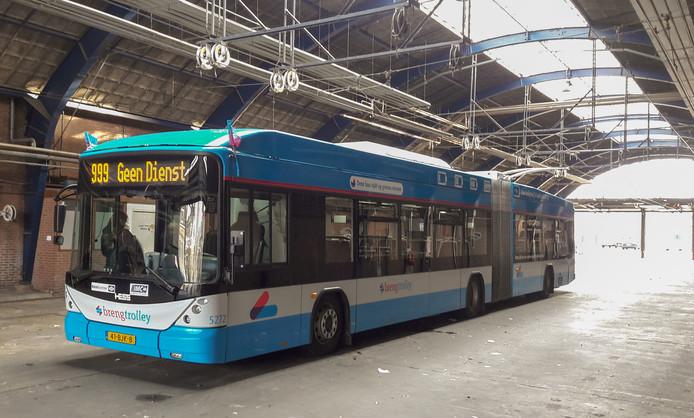 De nieuwe trolley 2.0 trolleybus in de remise aan de Westervoortsedijk in Arnhem.