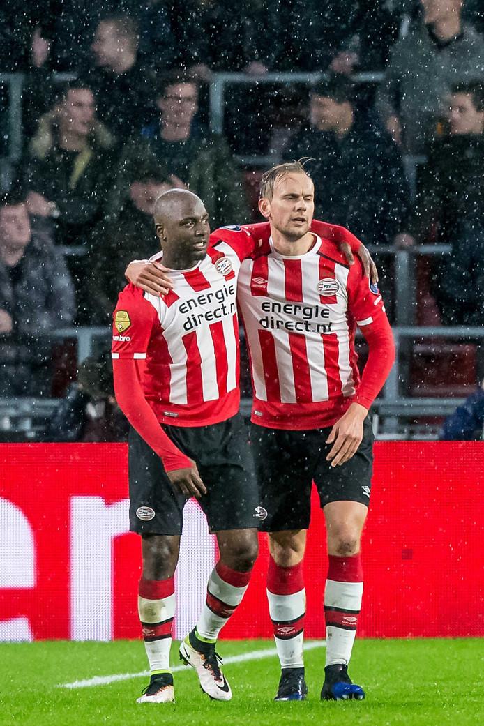 Siem de Jong viert zijn treffer met Jetro Willems.