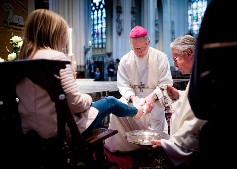 De liturgie van Witte Donderdag omvat de voetwassing van twaalf gelovigen door de priester. Zij symboliseren Jezus en de apostelen. Beeld Freek van den Bergh / de Volkskrant