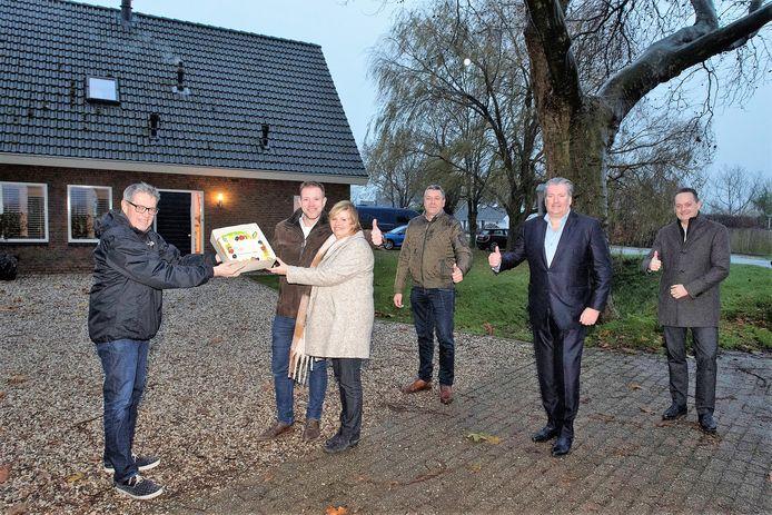 De Zaltbommelse wethouder Kees Zondag (links) trakteerde inwoners van Maasbommel namens UBRivierenkland op taart. Zij zijn de eersten in Rivierenland met een aansluiting op het glasvezelnetwerk.