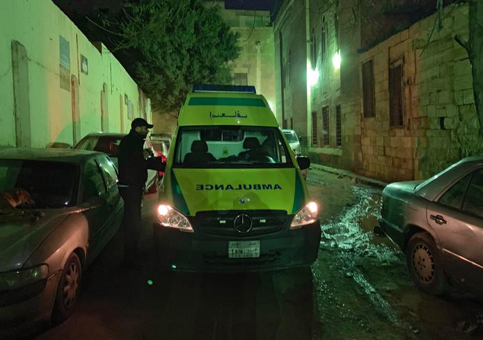 De ambulance arriveert op de plek waar de ontploffing heeft plaatsgevonden.