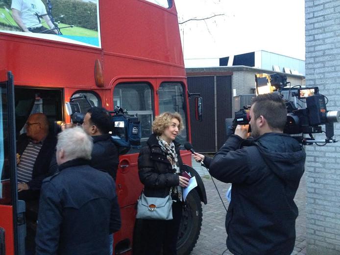 Volop filmploegen bij mobiele stembus bij stadhuis in Veghel.