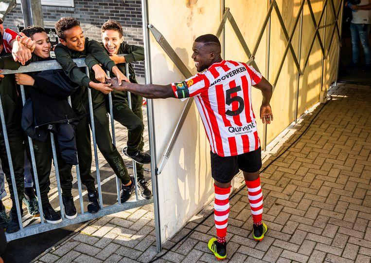 Royston Drenthe krijgt zijn hand niet meer los van een aantal jonge fans.  Beeld Jiri Büller