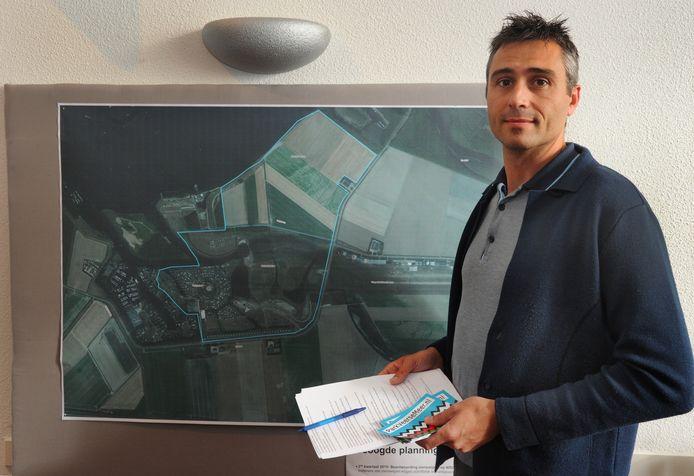 Karel Dingemanse verzamelde handtekeningen om aandacht te vragen voor de extra verkeersdrukte die Waterpark Veerse Meer gaat veroorzaken in Arnemuiden.