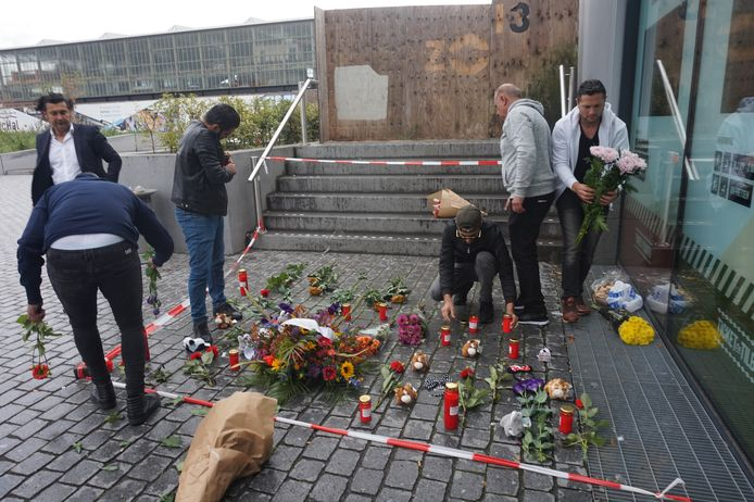 Tilburgse taxichauffeurs leggen bloemen bij station Tilburg.