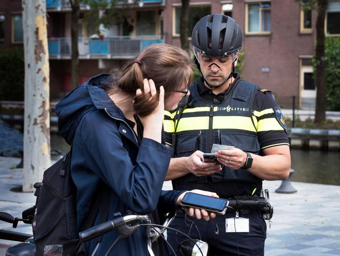 Het aantal bekeuringen voor het gebruik van de mobiele telefoon, zowel op de fiets als in de auto, verdubbelde bijna, van ruim 23.000 naar ruim 44.000.