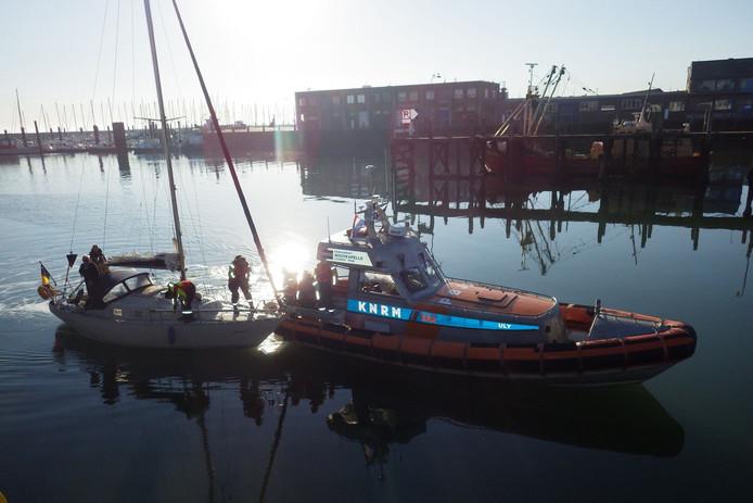 De reddingsboot Uly van KNRM Westkapelle brengt het zeiljacht de haven van Breskens binnen.