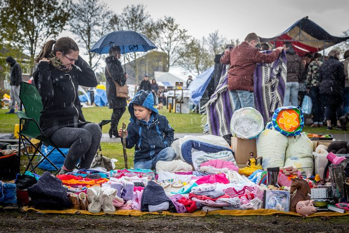 De Koningsmarkt in Veldhoven verliep vorig jaar niet geheel regenvrij.
