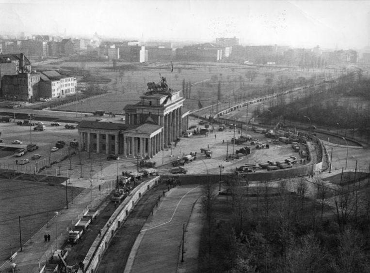 De Berlijnse Muur aan de Brandenburger Tor. Links Oost-Berlijn, rechts West-Berlijn.