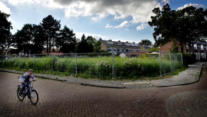 Al meer dan tien jaar is dit het beeld van de plek waar ooit partycentrum De Schuur stond: een braakliggend terrein afgezet met hekken.