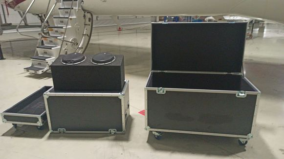 De koffer (R) waarin de gevallen Nissan-topman zich zou hebben verstopt tijdens zijn vlucht uit Japan.