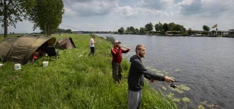 'Wildpoepers en viseters', hengelaars klagen massaal over buitenlandse vissers in Oost-Nederland