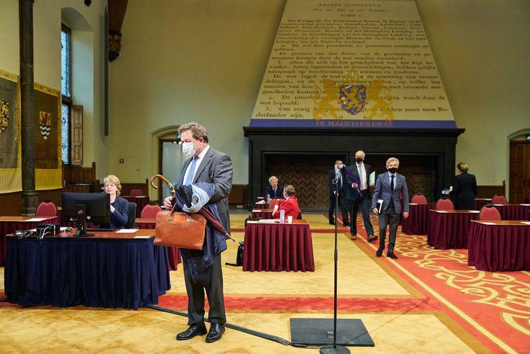 Eerste Kamerleden arriveren in de Eerste Kamer voor het debat over de corona-app.  Beeld ANP