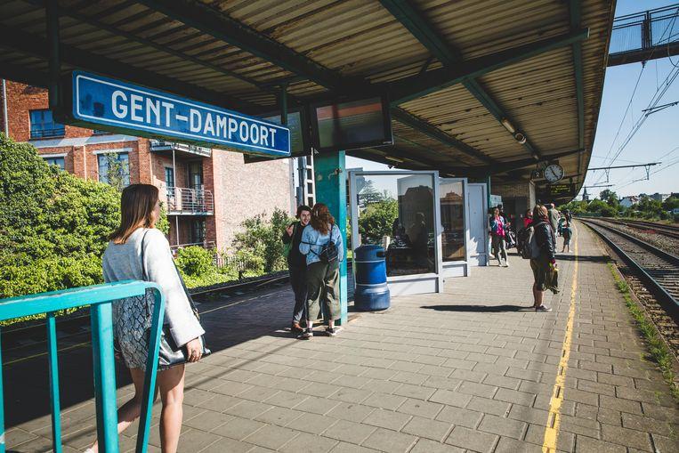 Het perron van het station Gent Dampoort