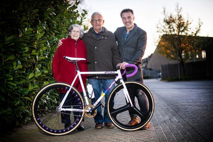Lies en Gerard en zoon Werner Peters, die de toertocht Parijs Roubaix Challenge 2019 fietst om geld in te zamelen voor alzheimer.   Foto Paul Rapp