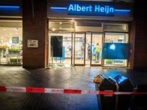 Politierechercheurs maandagavond bekogeld met stenen bij Albert Heijn aan 't Goylaan