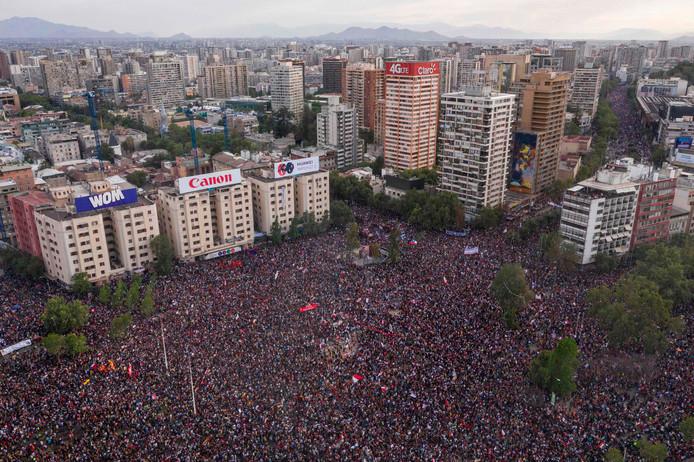 Een enorme mensenmassa vult vrijdag het centrum van de straten van de Chileense hoofdstad Santiago.