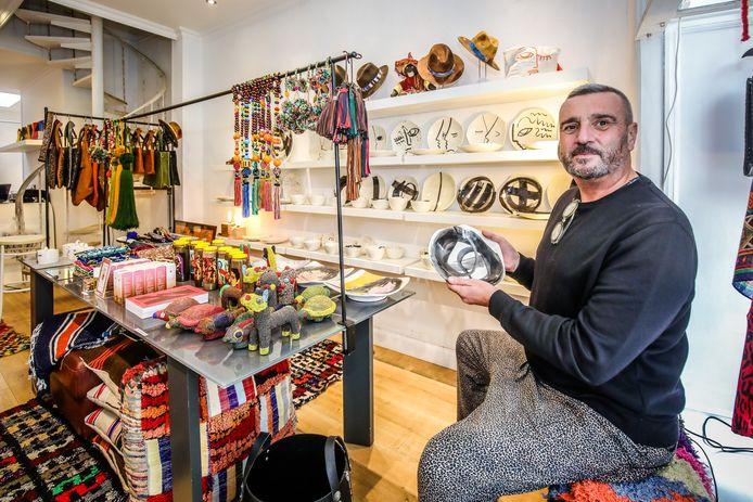 """Jan Pauwels in zijn nieuwe winkel. """"Service vind ik superbelangrijk, zeker in deze tijden, dus openen wij ook op afspraak 's avonds en op zondag."""""""
