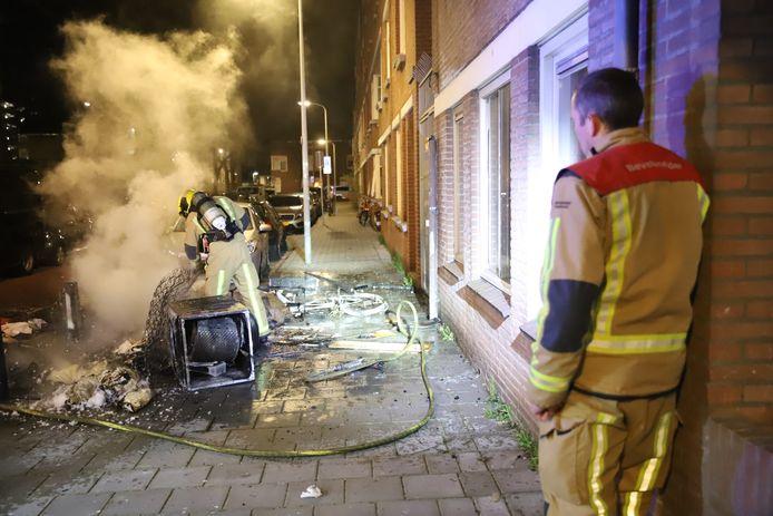 Schade aan auto en woning na flinke buitenbrand Bakkersstraat Den Haag.
