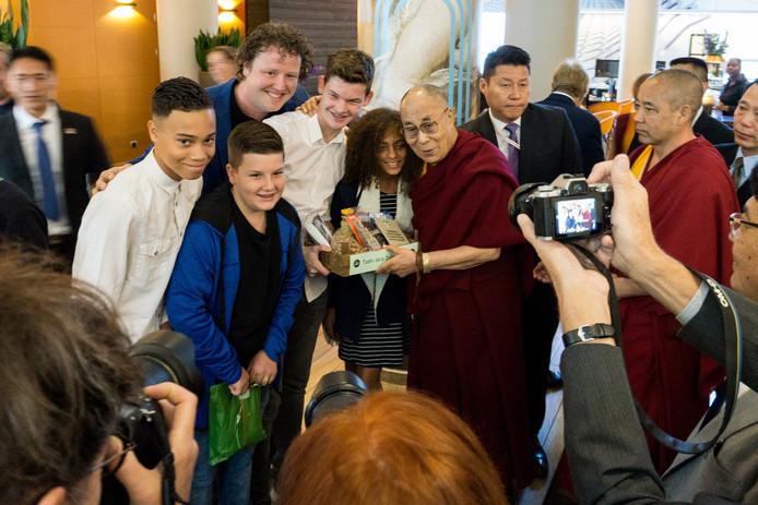 Leerlingen van het Cals College in IJsselstein ontmoeten de Dalai Lama.