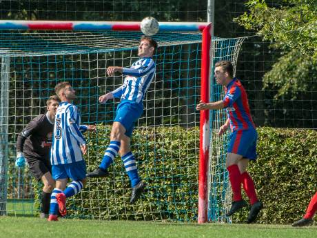 De Zwaluw laat zich tegen Heijen niet afleiden door rood-blauw geschilderde doelpalen