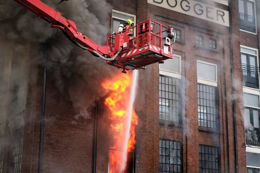 Aan de bestrijding van de vuurzee werkten zo'n tweehonderd brandweermannen mee.