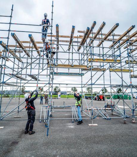 TU-studenten bouwen brug van bierkratten met een lengte van dertig meter