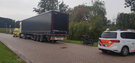 Paraplu belemmert zicht, fietser botst achterop vrachtwagen