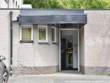 Vrouw gebruikt vermoedelijk gaspedaal in plaats van rem en ramt gevel in Brokkenstraat in Riel