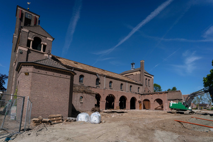 De slopers zijn al een heel eind met voorbereiding van de transformatie van de Heilige Martinuskerk in Gendt.