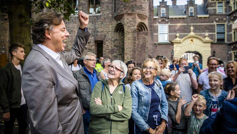 Demissionair minister Koenders van Buitenlandse Zaken zingt voor de Ministerraad het Wilhelmus met dagjesmens uit Urk. Beeld anp