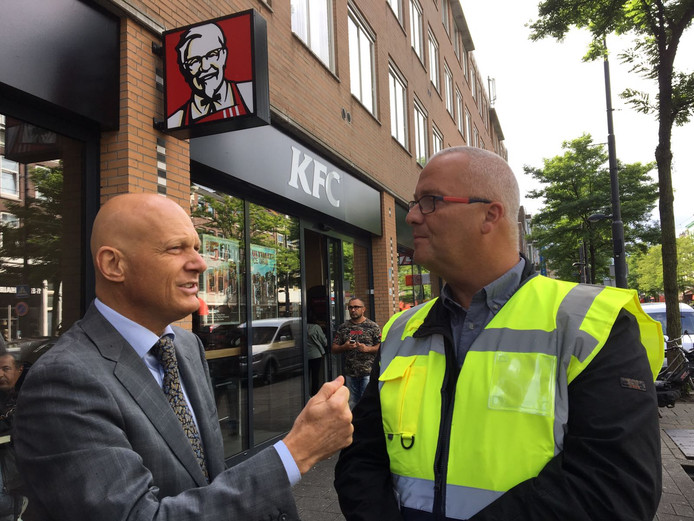Wethouder Bert Wijbenga (l.) en Willem Knoops van de RET op de West-Kruiskade.
