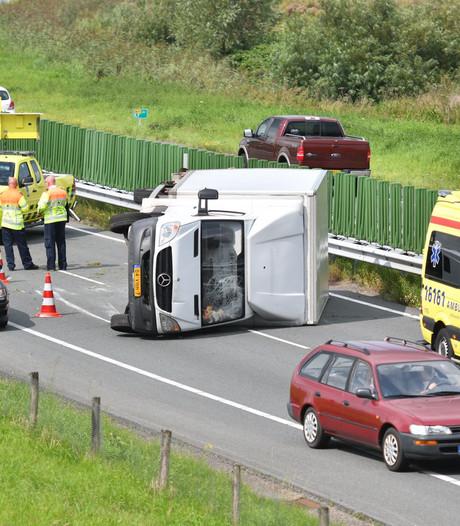 N11 weer vrij na berging van gekantelde vrachtwagen