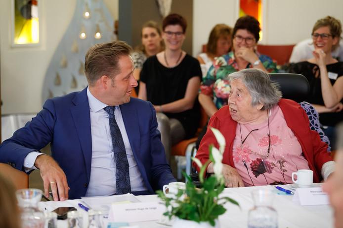 Minister Hugo de Jonge (Zorg) in gesprek met ouderen (bezoek op foto houdt geen verband met onderwerp ouderenmishandeling).