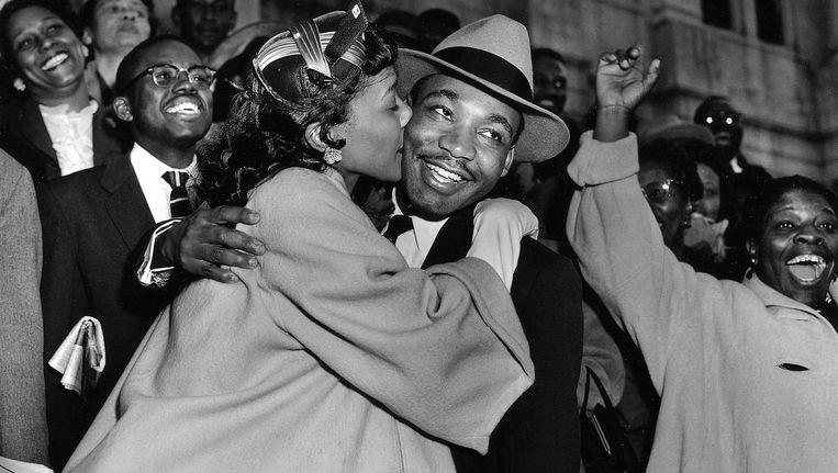 Martin Luther King wordt verwelkomd door zijn vrouw Coretta in Montgomery, Alabama, 22 maart 1956. Beeld ap